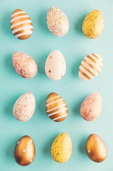 Modello piano di disposizione delle uova di pasqua su turchese
