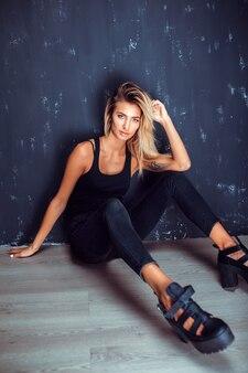 Modello provocatorio alla moda sul pavimento
