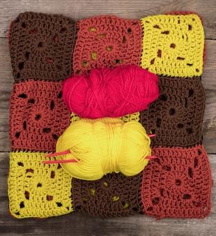 Modello realizzato in lana colorata