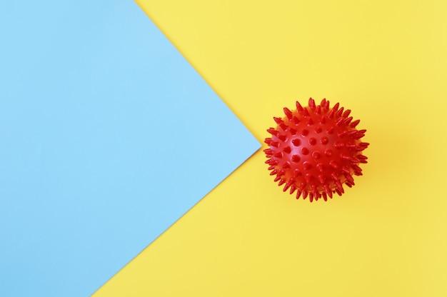 Modello rosso astratto di sforzo del virus della palla su fondo giallo e blu. sindrome respiratoria