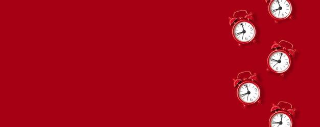 Modello rosso della sveglia su rosso
