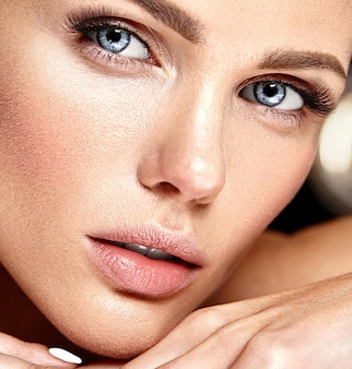 Modello sensuale bella donna glamour con fresco trucco quotidiano con il colore delle labbra nude e il viso pulito e sano della pelle