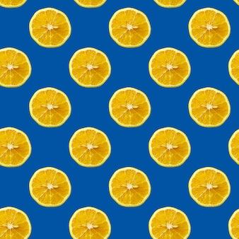 Modello senza cuciture con il limone sopra il fondo monocromatico blu classico d'avanguardia.