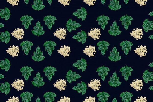 Modello senza cuciture delle foglie verdi su fondo nero