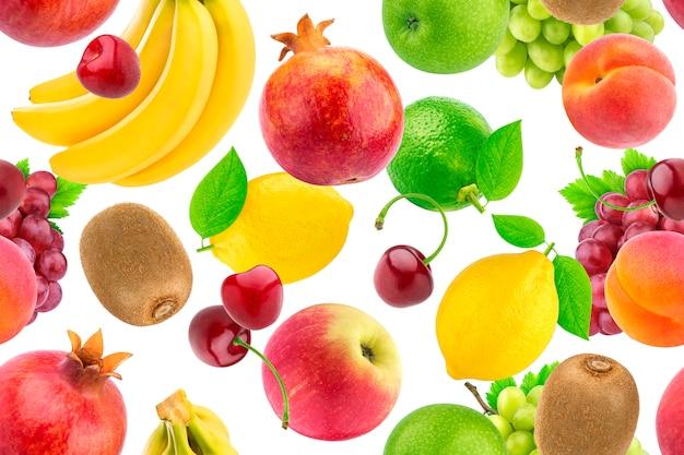 Modello senza cuciture di diversi frutti e bacche. frutta tropicale che cade isolato su sfondo bianco