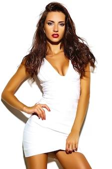 Modello sexy della donna del brunette di modo in vestiti casuali isolati su bianco