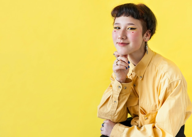Modello sorridente su sfondo giallo