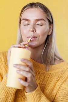 Modello sorseggiando un drink medio