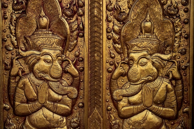 Modello sulla parete del tempio nel tempio di chiangrai a nord della thailandia