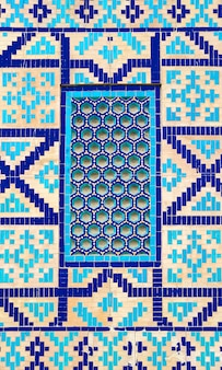 Modello tradizionale antico variopinto dell'uzbeco sulla piastrella di ceramica sulla parete della moschea, fondo astratto