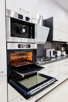 Moderna cucina hi-tek personalizzata, forno con porta aperta