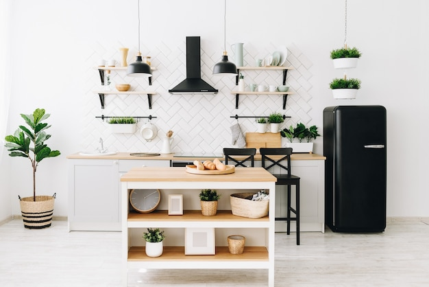 Moderna cucina loft scandinava luminosa con piastrelle bianche.