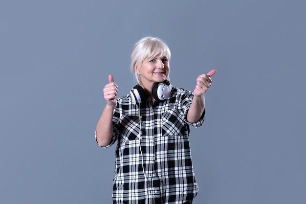Moderna donna anziana