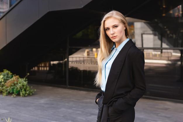 Moderna giovane donna in una grande città