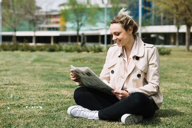 Moderna imprenditrice rilassante nel parco