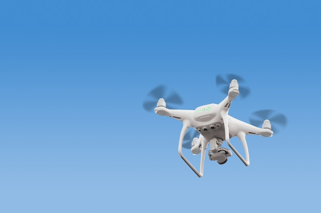 Moderna rc drone / quadcopter con fotocamera volare al sorgere del sole.