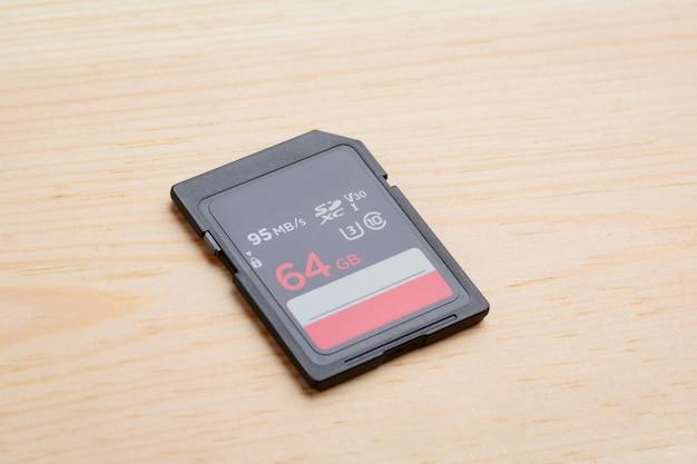 Moderna scheda di memoria sd veloce sul tavolo di legno chiaro