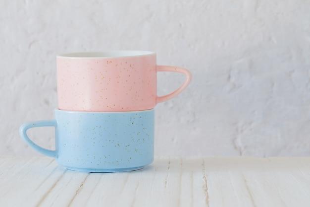 Moderne tazze in ceramica sul muro bianco