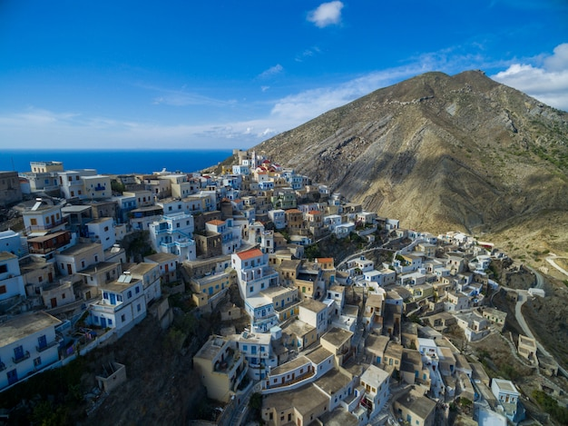 Moderni edifici bianchi a karpathos circondati da montagne e mare