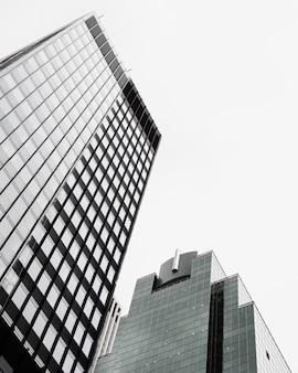 Moderni edifici in vetro ad angolo basso