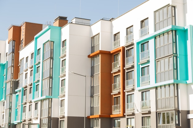Moderni edifici residenziali con strutture esterne, facciata di nuove case a basso consumo energetico