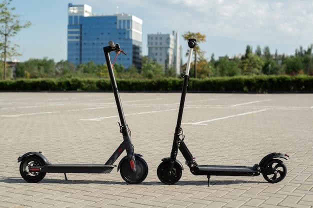 Moderni scooter elettrici parcheggiati sulla strada