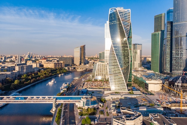 Moderno centro business sulla riva del fiume