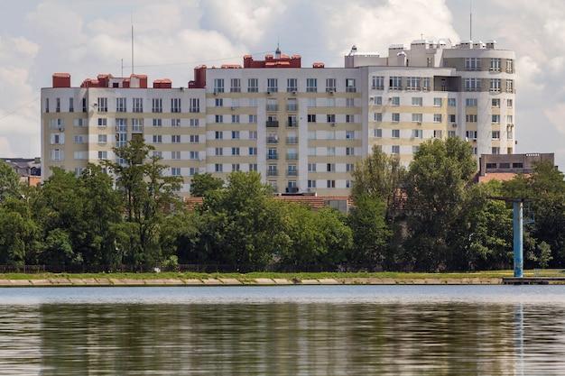 Moderno condominio residenziale tra alberi verdi
