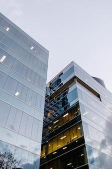 Moderno edificio a specchio