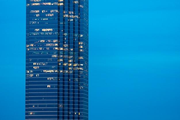 Moderno grattacielo contro il cielo blu, dallas, texas, usa