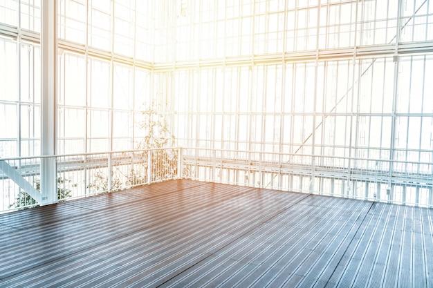 Moderno interno vuoto con bella luce solare