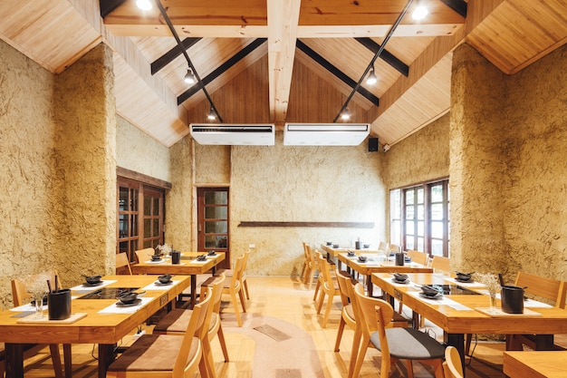 Moderno ristorante shabu e sukiyaki decorato con legno e cemento