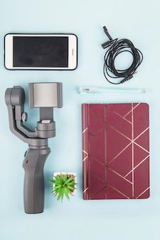 Moderno semplice set di attrezzature per riprese video su uno smartphone