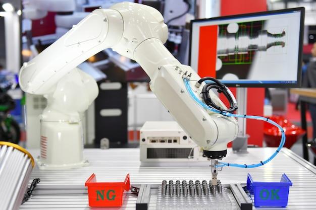 Moderno sistema di visione artificiale robotizzato in fabbrica
