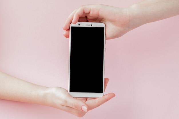 Moderno telefono cellulare in mano di una donna