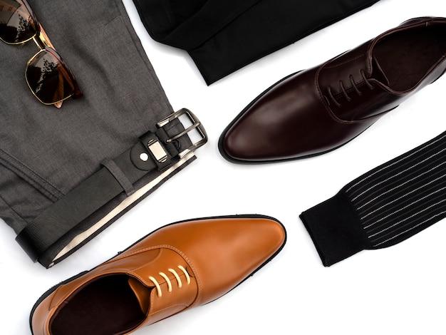 Modo creativo per l'insieme dell'abbigliamento casual degli uomini isolato su bianco. vista dall'alto