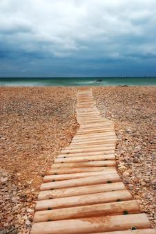 Modo di legno in spiaggia