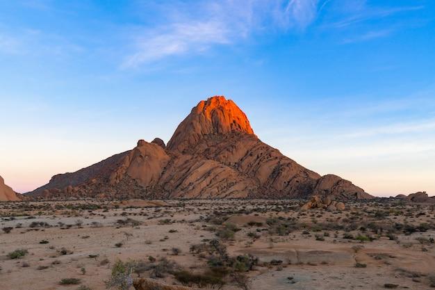 Modo di strada per le montagne di spitzkoppe. lo spitzkoppe, è un gruppo di cime di granito calvo situate nel deserto di swakopmund namib - namibia