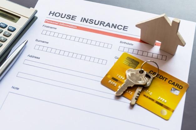 Modulo di assicurazione casa con modello e documento di polizza