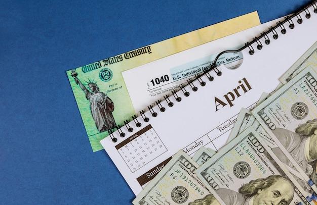 Modulo di dichiarazione dei redditi delle persone fisiche usa 1040, banconote da cento dollari