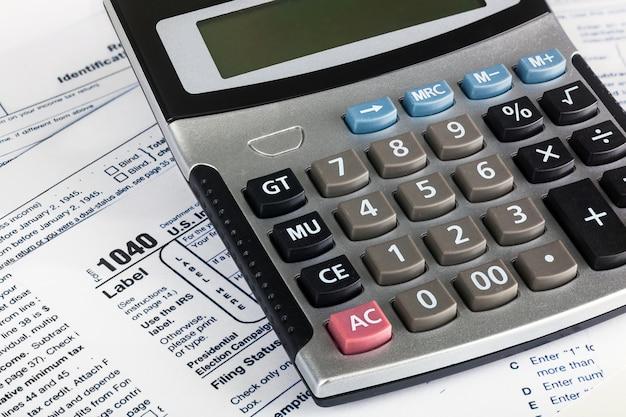 Modulo di dichiarazione dei redditi individuale degli stati uniti 1040 da vicino con calcolatrice