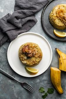 Mofongo, platano bollito schiacciato con carne di maiale, cipolla. puerto rico. cucina amazzonica, perù, cuba, fufu de platano, tacaho