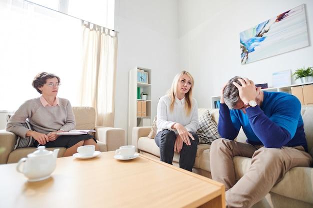 Moglie che incolpa il marito per l'adulterio durante la sessione di terapia