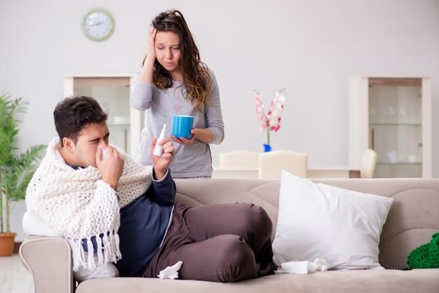 Moglie che si prende cura del marito malato a casa
