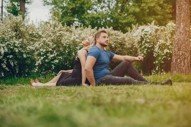 Moglie con suo marito in un parco estivo