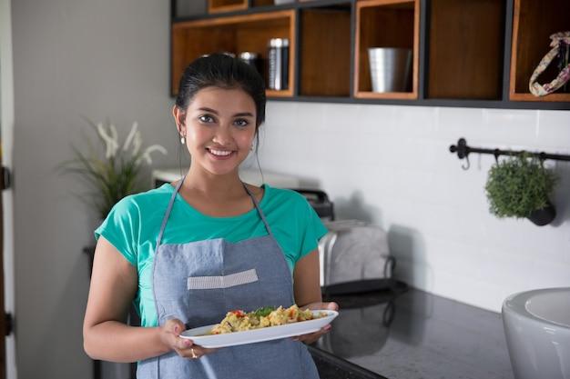 Moglie della casa che prepara cibo per il pranzo