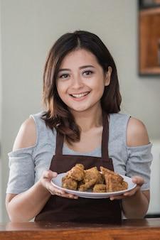 Moglie domestica che cucina
