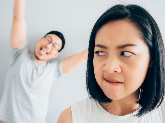 Moglie infastidita e marito ingannevole divertente.