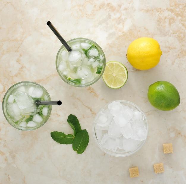 Mojito cocktail con ghiaccio e lime