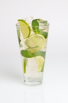 Mojito cocktail con lime e ghiaccio